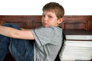 enfant assis livres les devoirs