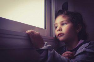 enfant fenetre le stress