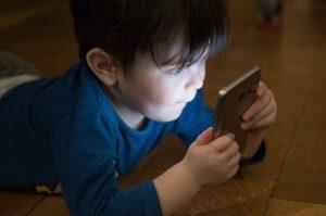 enfant telephone portable addiction aux ecrans