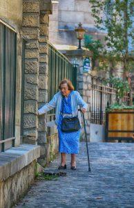 femme qui marche les personnes agees en ehpad