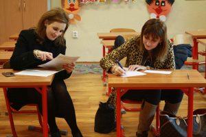 parents assis bureau enfant les devoirs