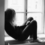 adolescente isolée fenetre couvre-feu